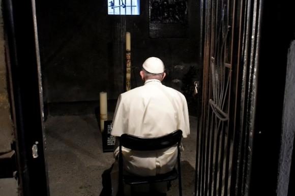 Papa Francisco en Auschwitz. Foto: Reuters.