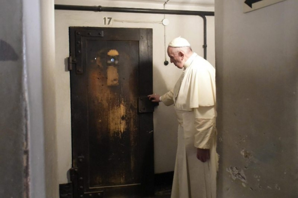 Papa Francisco en Auschwitz. Foto: Efe.