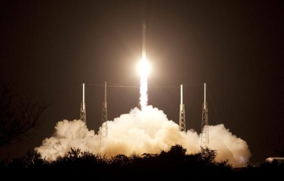 SpaceX ahora tiene como competencia a la aeroespacial Blue Origin, de Jeff Bezos. Foto: Wikipedia