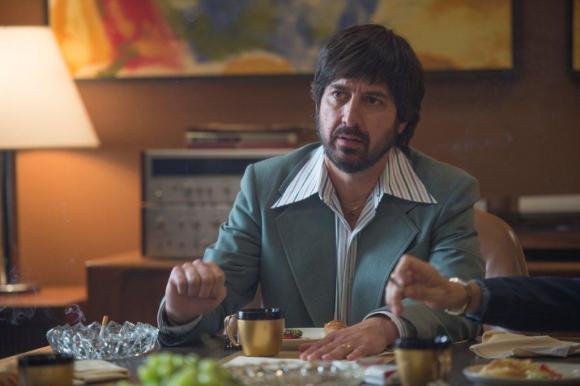 Ray Romano encarna a Zak Yankovich, jefe de promociones y socio de Richie.