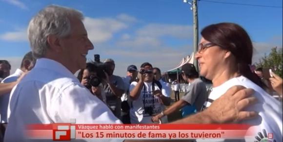 Tabaré Vázquez habla con manifestantes en Bella Unión. Foto: Captura