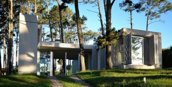 Casa construida en Pinares de Punta del Este. Foto: Estudio Martínez Rudolph Arquitectos