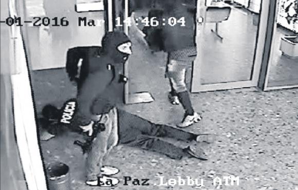 Un minuto y medio después de ingresar al banco, los delincuentes escaparon. Foto: Captura.