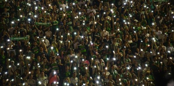 Dolor. Las fanáticos de Chapecoense llenaron el estadio con velas. Foto: AFP
