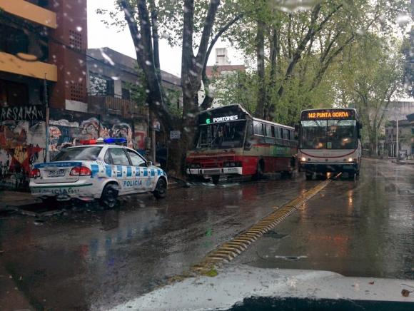 Ómnibus chocó en avenida Rivera. Foto: Twitter @NaturalJedi