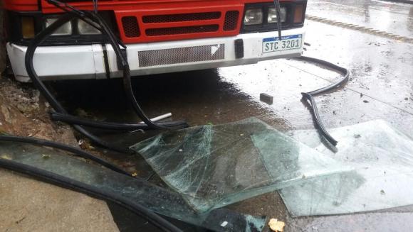 Ómnibus de Coect chocó en la calle Rivera. Foto: Twitter @raulcresci