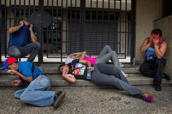 Policía reprime a la oposición que quiere marchar por revocatorio a Maduro, Foto EFE