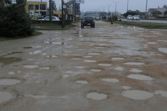 Transitar en Ciudad de la Costa es una de las tareas más difíciles cuando llueve. Foto: Ariel Colmegna