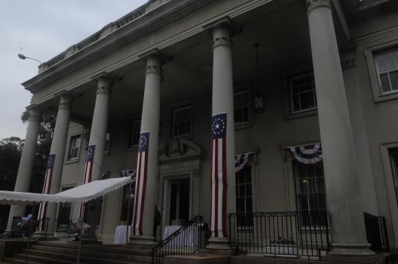 La residencia de la embajada se transformó para la celebración. Foto: Sofía Orellano/Ariel Colmegna.