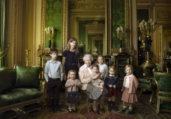 Isabel II posa con sus nietos y bisnietos en el castillo de Windsor. Foto: Reuters.