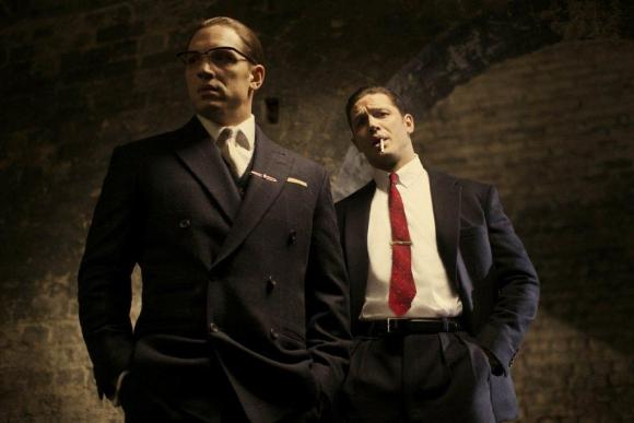 Tom Hardy se desdobla muy bien en dos papeles, dos hermanos mafiosos.