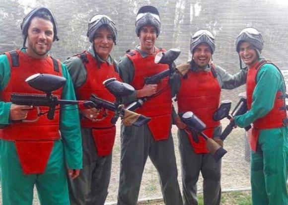 Diego Godín junto a Sebastián Viera y un grupo de amigos