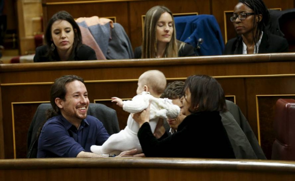 Carolina Bescansa le entrega su bebé a Pablo Iglesias. Foto: Reuters.