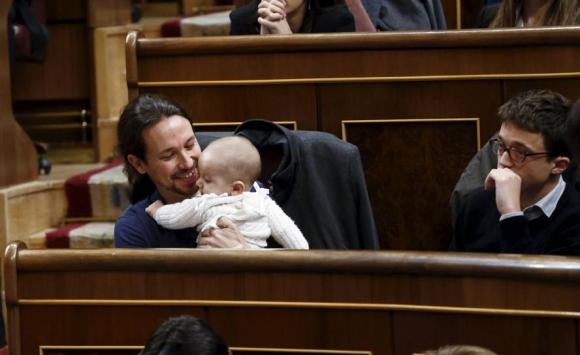 Pablo Iglesias con el bebé de Carolina Bescansa. Foto: Reuters.
