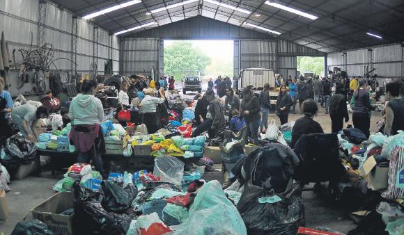 Los voluntarios clasifican ropa y alimentos para los afectados del tornado de Dolores. Foto: F. Ponzetto.