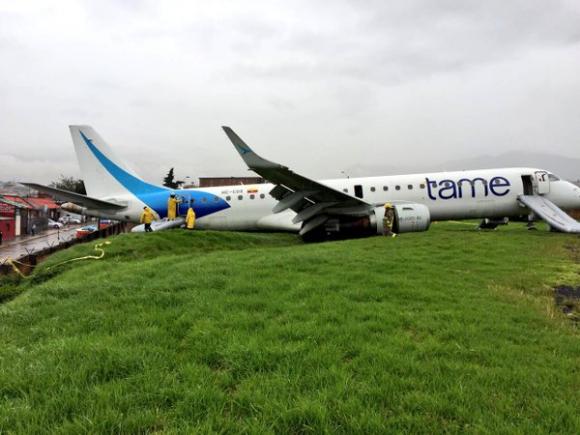 Avión se salió de pista en Ecuador. Foto: Twitter @Bomberos_Cuenca