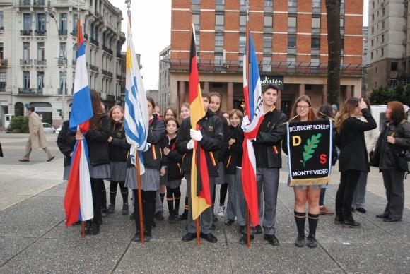 Alumnos del Colegio Alemán entonaron los himnos nacionales de ambos países.