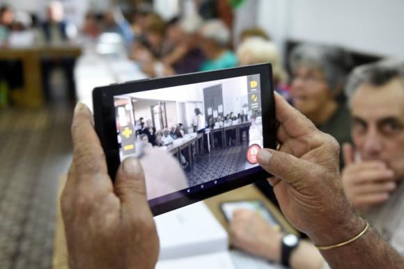 Uno de los objetivos del taller que se realiza al entregar la tablet es motivar a los jubilados a usarla sin temor. Foto: Plan Ibirapitá.