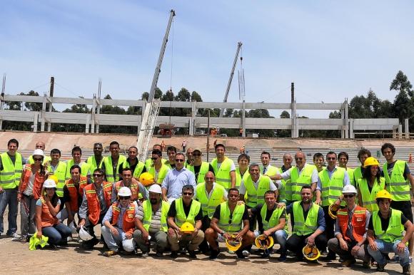 Los responsables de la construcción guiaron a los futbolistas por las obras. Foto: Prensa Peñarol