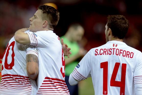 Cristóforo festeja con Gameiro el primer gol del Sevilla. Foto: EFE