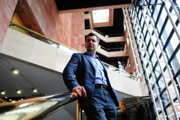 Martín García, director artístico de la Orquesta Sinfónica del Sodre. Foto: Marcelo Bonjour.