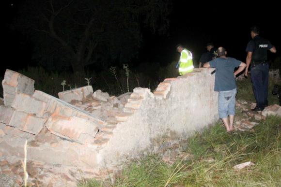 Una finca en Salto se derrumbó con tres jóvenes dentro. Foto: Luis Massarino / Diario El Pueblo
