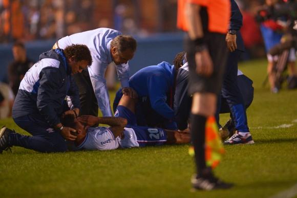 El gesto de dolor de Viudez mientras es curado y consolado por Lasarte. Foto: G. Pérez