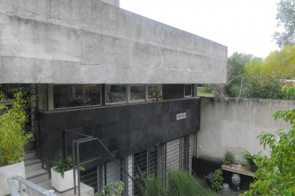 Juan Apolo eligió el hormigón visto como elemento principal para levantar su casa en Punta Gorda. Foto: Ariel Colmegna