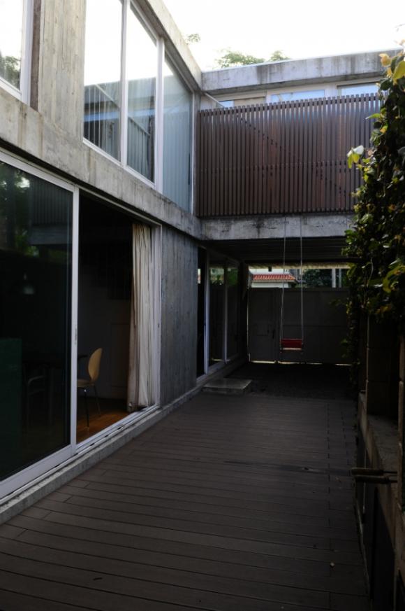 En la casa de Martín Gualano en el Puerto del Buceo todo lo que no es hormigón, es vidrio. Foto: Marcelo Bonjour.