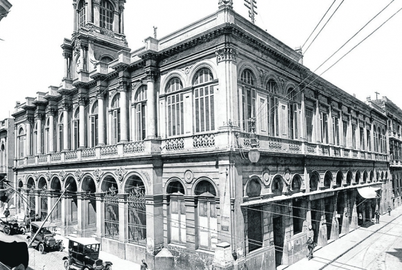 Bolsa de Comercio: en 1867 se inauguró la oficina que en su fachada lucía 6 esculturas. Foto: Centro de Fotografía de Montevideo.