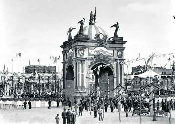 El 25 de agosto de 1894, la Declaratoria de la Independencia llenó de elementos ornamentales el espacio urbano. Foto: Centro de Fotografía de Montevideo