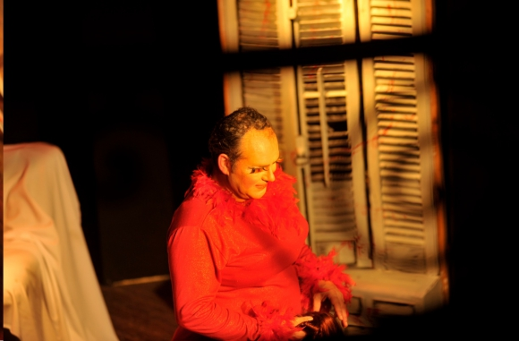 <i>Sangre en los tacones</i> se estrenó la semana pasada y va miércoles y jueves a las 21:00 en Delaguja Teatro (Río Negro 1180). Además de Humberto de Vargas, actúan: Alessandra Moncalvo, Gato Félix, Charly Álvarez, Silvana Grucci y Nelson Lence. Autor: Humberto Robles. Foto: Leo Mainé