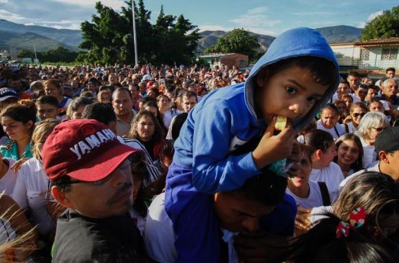 Los venezolanos hacen cola para entrar en Cúcuta y comprar comida y alimentos. Foto: AFP