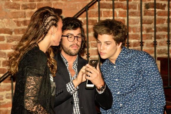 Tomi Narbondo, Cristino y Giannina Silva chusmean el celular