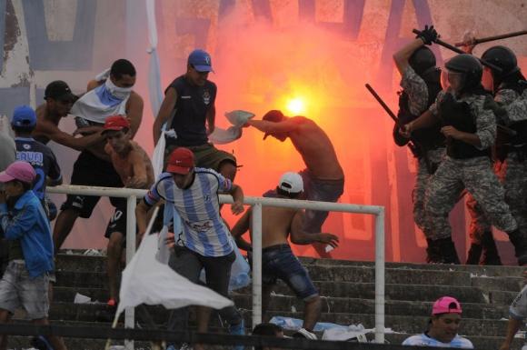 Incidentes entre la hinchada de Cerro y la Policía en el Tróccoli. Foto: Ariel Colmegna.