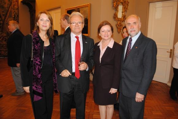 Maria Abatis, embajador de Grecia Louis Abatis, embajadora de canada Claire A. Poulin, Gaston Gauvin.