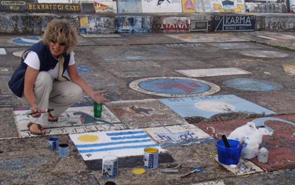 Ana Inés en las islas Azores pintando la bandera uruguaya. Foto: M. Bonjour