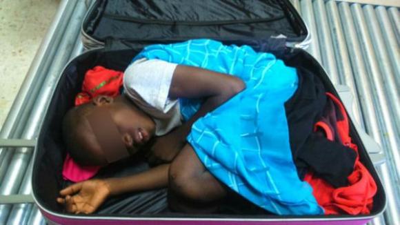 El menor, de ocho años, iba escondido en la valija de una joven de Marruecos. Foto: Guardia Civil.