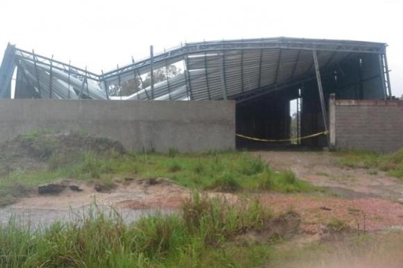 El temporal derrumbó el techo de un galpón en Río Branco. Foto: Néstro Araújo.