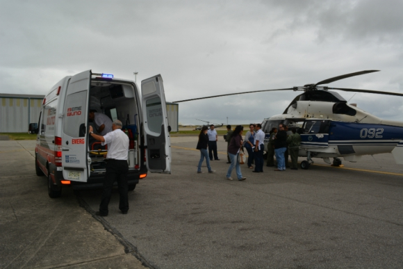 El helicóptero arriba a Carrasco con la niña herida. Foto: Fuerza Aérea Uruguaya