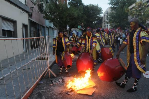 Calentando las lonjas en la previa del Desfile. Foto: Agustín Martínez