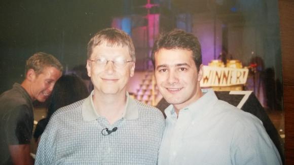 Celebridad. Andrada junto al entonces CEO de Microsoft, Bill Gates. (Foto: Gabriel Andrada)