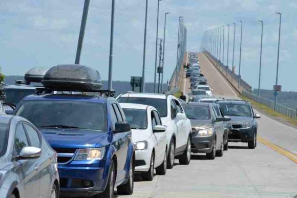 Largas colas de vehículos en el puente San Martín para ingresar al Uruguay. Foto: Daniel Rojas.