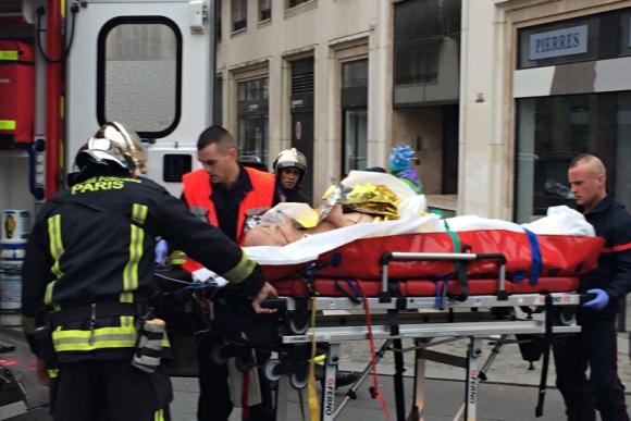 Trasladan a un hombre herido en el atentado. Foto: AFP