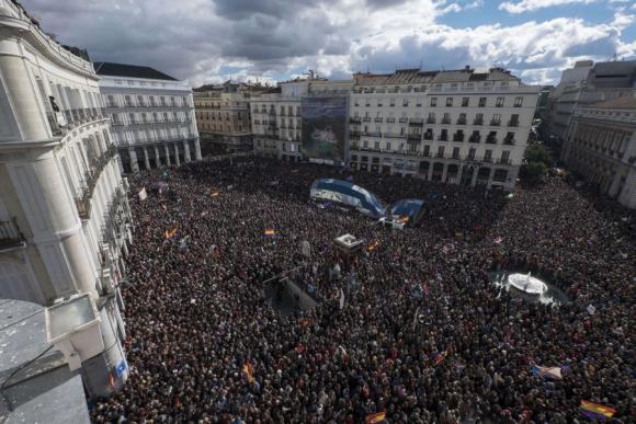 Así se vio hoy la Plaza del Sol. Foto: AFP.