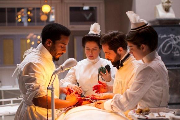 Un médico asesora al equipo para que las escenas de operación sean muy reales.