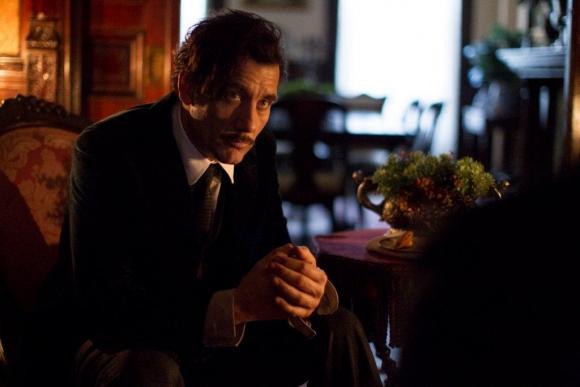 Clive Owen es el protagonista, en la piel del Dr. John W. Tackery.