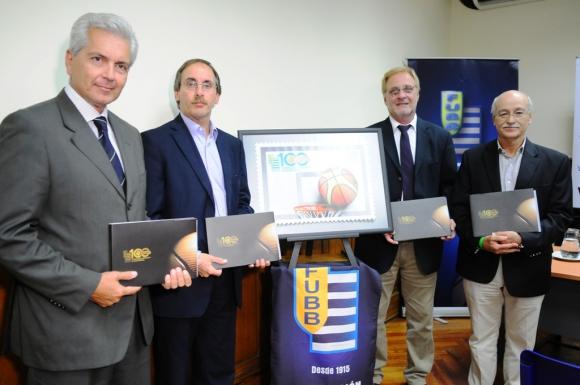Las autoridades la FUBB, Gauthier, Avegno, Vairo y Castillo, con el libro y el sello. Foto: M. Bonjour