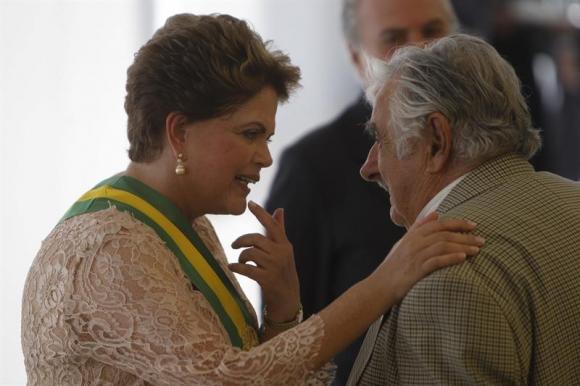 José Mujica saluda a la presidenta Dilma Rousseff. Foto: EFE