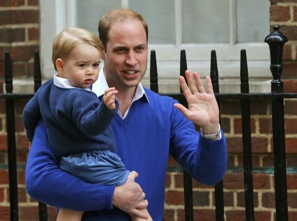 El príncipe Guillermo y su hijo visitan a la nueva heredera. Foto: Reuters